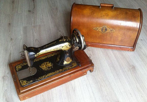 Singer 15K sewing machine with wooden dust cover, 1912