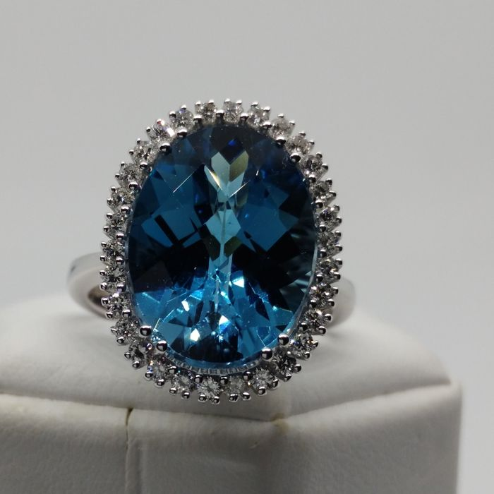 18 kt gold cocktail ring with 11.16 ct London blue topaz and 0.36 ct diamonds (approx.)