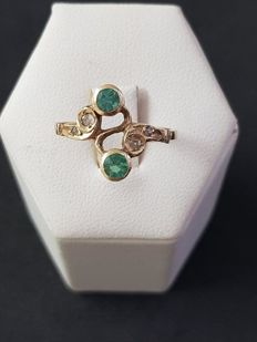 Ring in 12 kt gold with 2 round cut emeralds of 0.40 ct and 4 antique cut diamonds totalling approx. 0.10 ct
