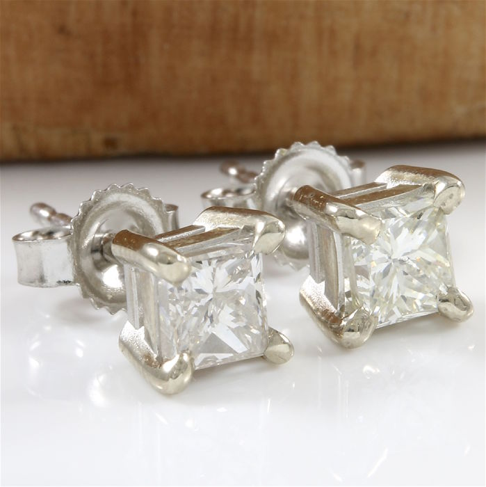 14k White Gold Stud Earrings Set with 0.95 ct H-I, VS2-SI1 Diamond