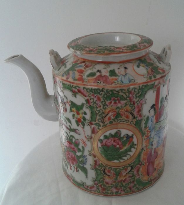 A qing dinasty famille rose porcelain teapot - China - ca1920