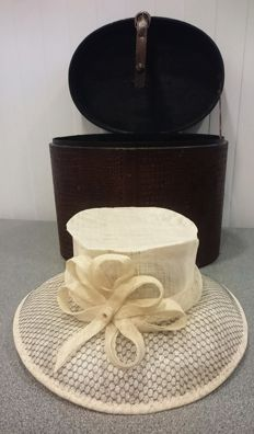 Linen ladies' hat in a leather hat box