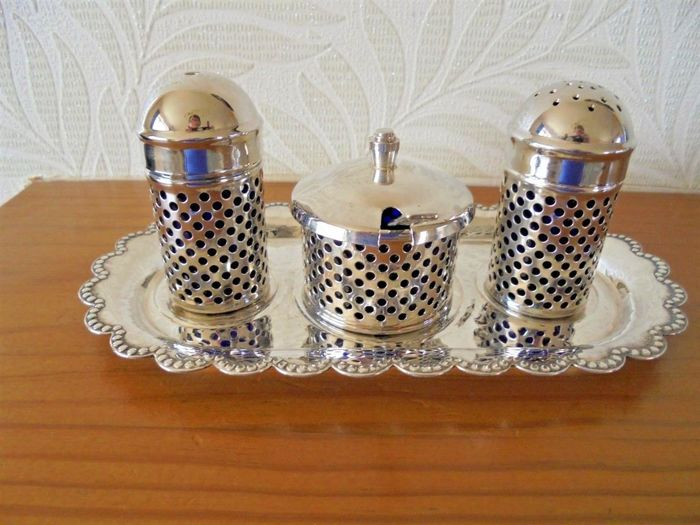 3-piece condiment set with pierced decoration and blue glass inserts, English silver plated, with tray