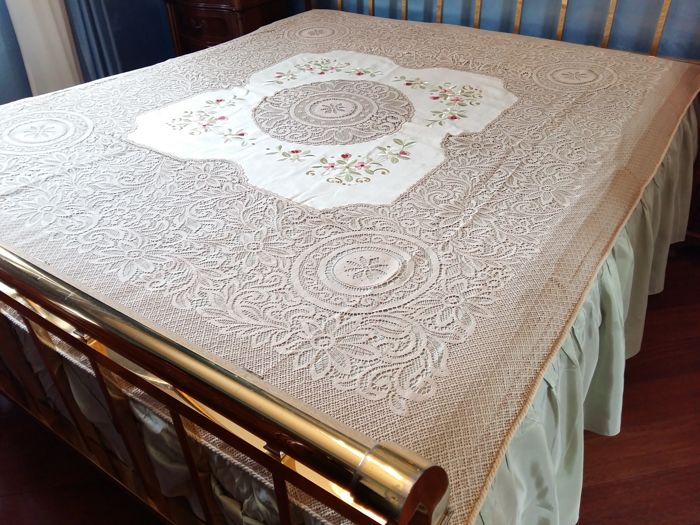 Regal bedspread from the first half of 1900s. Measurements 260 x 250