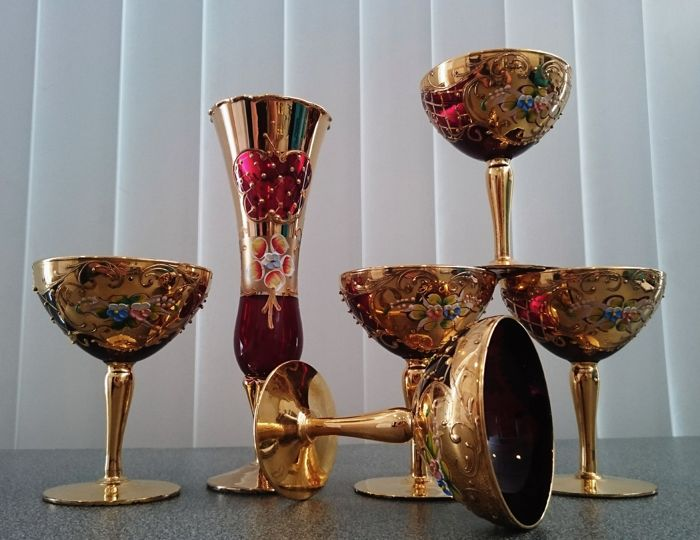Murano - 5 glasses with gold and a vase.