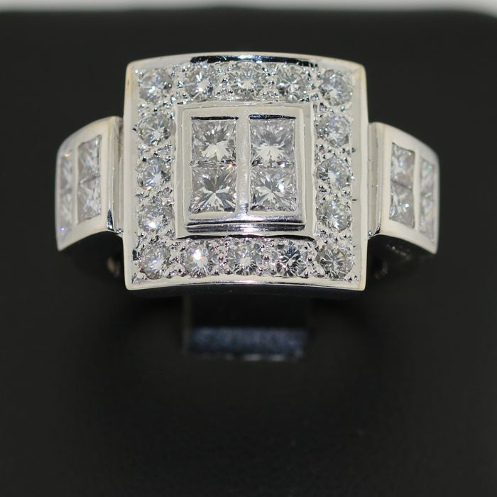 18 kt white gold ring, set with 2 ct of diamonds