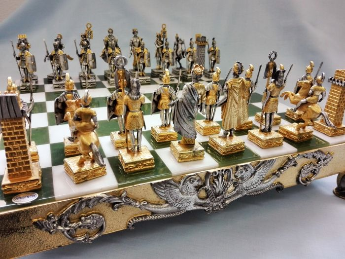 "Piero Benzoni - historical and artistic ""Greek-Roman"" chessboard in solid silver - Italy - 1970s"