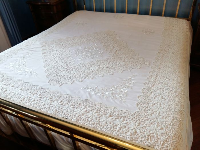 Gorgeous bedspread with silk organza fabric and macrame lace Size: 270 x 260
