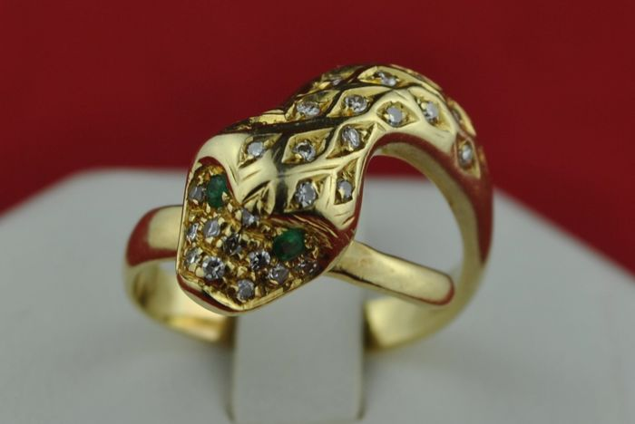Antique Snake Ring with Colombian color Emerald Eyes & Diamonds (tot. 0.35ct GH/VS) set on 18k Yellow Gold