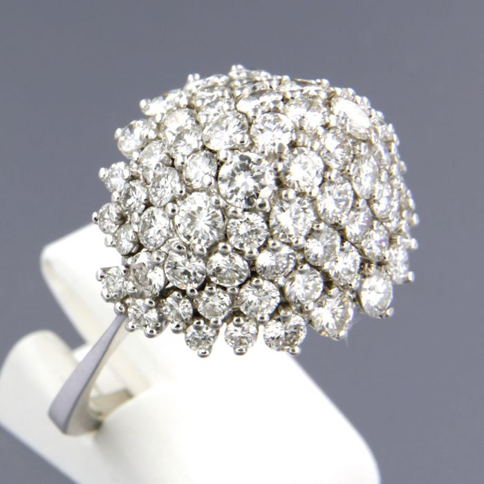 18 kt white gold entourage ring, set with 62 brilliant cut diamonds is approx. 4.32 ct in total, ring size: 21.25 (63)