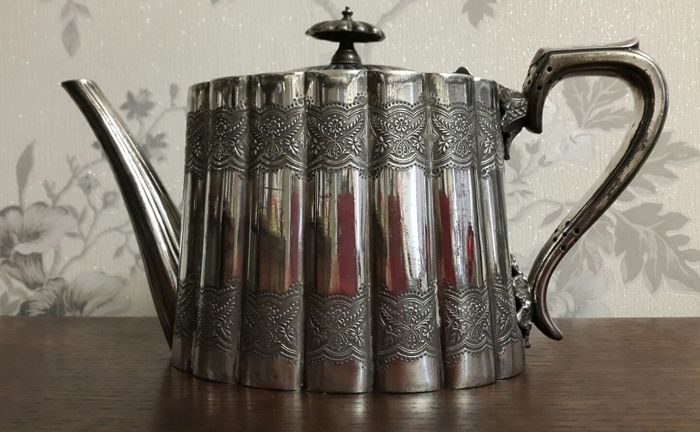 A beautiful Victorian teapot - silver plated - by Walker & Hall