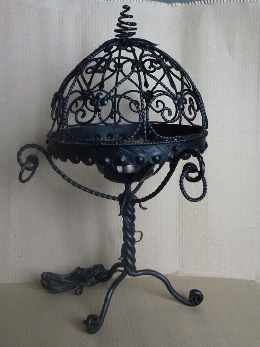 Artistic lamp hand-crafted by master blacksmith - the central spiral supports the three claws on bottom and the dome-shaped top - 20th century - Italy