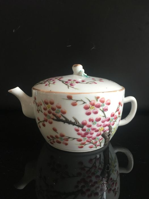Rare porcelain teapot – China – End of 19th/Early 20th century