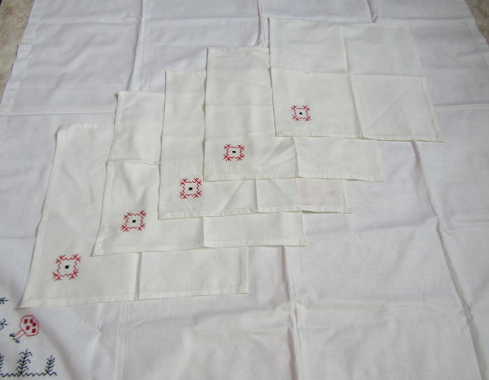 Tablecloth and 5 napkins, cotton. White color.