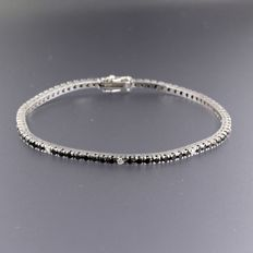 - No reserve price - 18 kt white gold bracelet set with 73 black and 9 white brilliant cut diamonds, approx. 2.20 ct in total