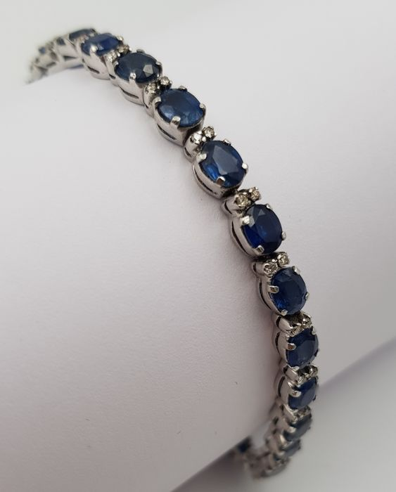 Exclusive bracelet of 18 kt white gold with 26 natural sapphires and 52 diamonds of 12.27 ct in total. It comes with IGE certificate. Low reserve