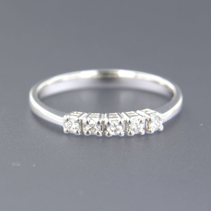14 kt white gold ring set with 5 brilliant cut diamonds, approx. 0.15 carat in total, ring size 17.25 (54)