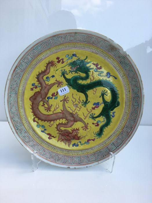 Plate with yellow background and dragons decoration – China – circa 1900