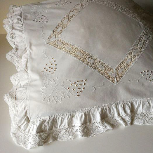 Rare - Very large decorative pillow, Italian craftsmanship. Hand embroidered with crochet lace, approx. 82 x 79 cm