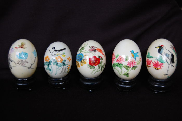 5 hand-painted eggs on a wooden stand - China - second half of the 20th century