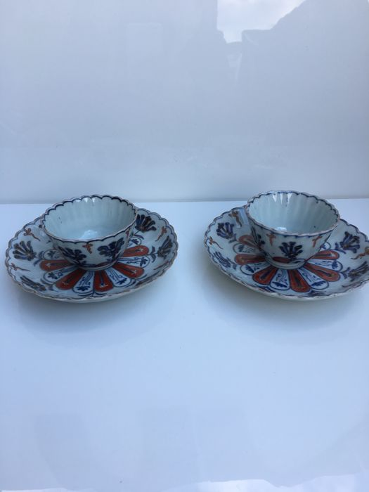 Set of two Imari sorbet bowls and their display cases – Japan – 18th century