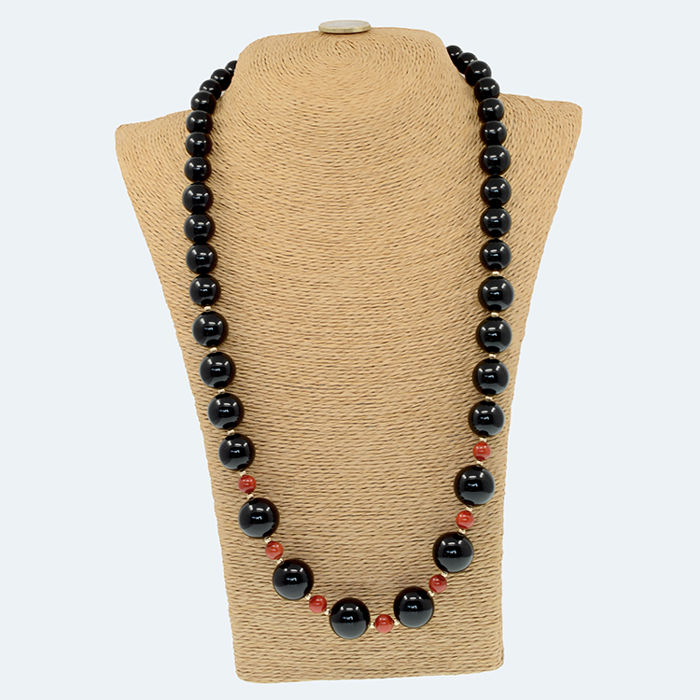 18k/750 yellow gold necklace with onyx and coral - Length, 70 cm.