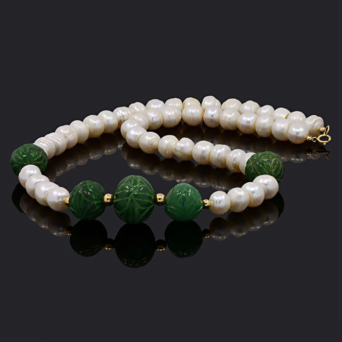 18k/750 yellow gold necklace with cultured pearls and emeralds – Length 53 cm.