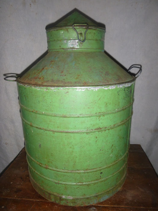 Zafra, cylindrical metal plate container, for the transport of oil, wines and liquors