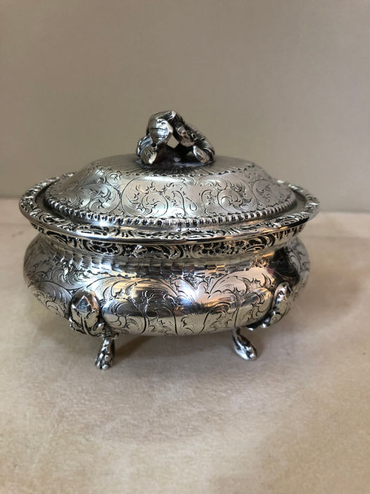 Box in finely chiselled silver with Neo-Renaissance style. Italy, early 20th century