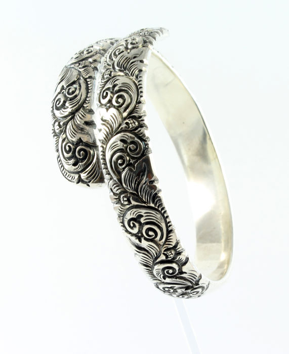 Unique ceremonial Balinese bracelet - Tested 925 silver - Total diameter: 7.5 cm - Inner diameter: 6.7 cm - Width: 1.25 cm - Hand engraved