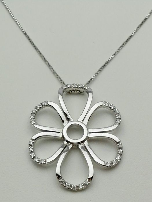 18 kt white gold women's necklace and flower-shaped pendant with natural diamonds totalling 0.15 ct Weight: 6.0 g
