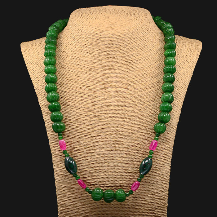 18kt/750 yellow gold necklace with emeralds and rubies – Length 65 cm.
