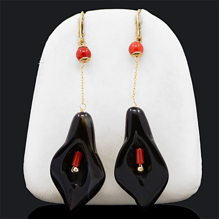 18k/750 yellow gold earrings with lily-shaped agates and coral - Length, 60 mm.