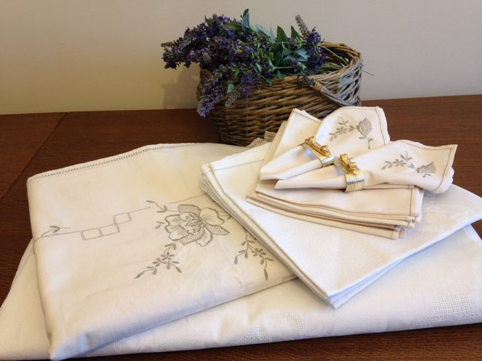 Lot 2 tablecloths with their serviettes. 100% cotton embroidered and openwork. France
