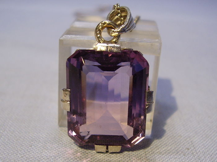 Art Deco pendant with big amethyst in octagonal cut of 20 ct + necklace