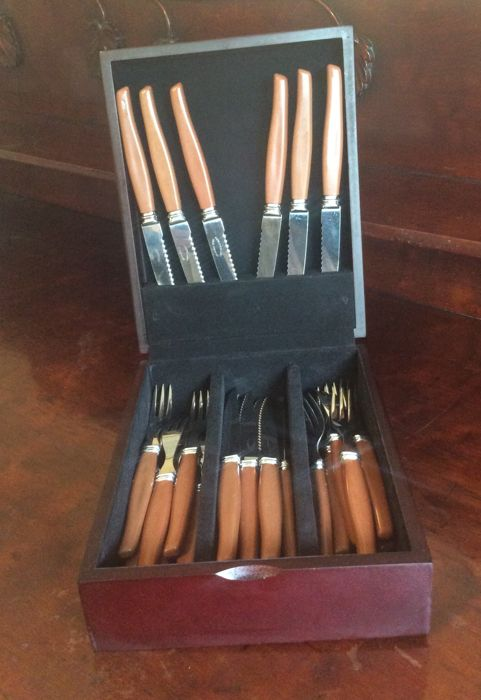 Retro Sheffield England boxed 12 stake knives and 12 forks