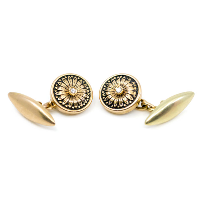 Edwardian cuff links featurIing 0,08 (J SI1) single cut Diamond in 14k gold.
