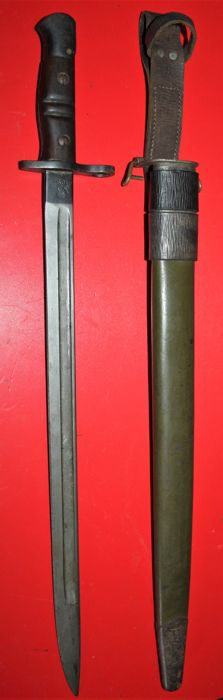 US P 17 Enfield bayonet by Remington, US Ordonance proof marks, complete with green leather scabbard and leather frog with broad arrow, both in very good condition
