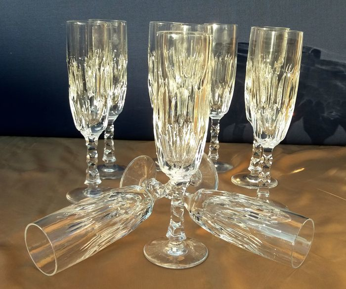 Lot of 9 beautiful chiselled and cut crystal flutes - France c. 1930
