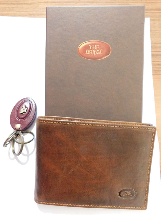 """Lot including an elegant wallet and a keychain both """"The Bridge"""" in leather"""