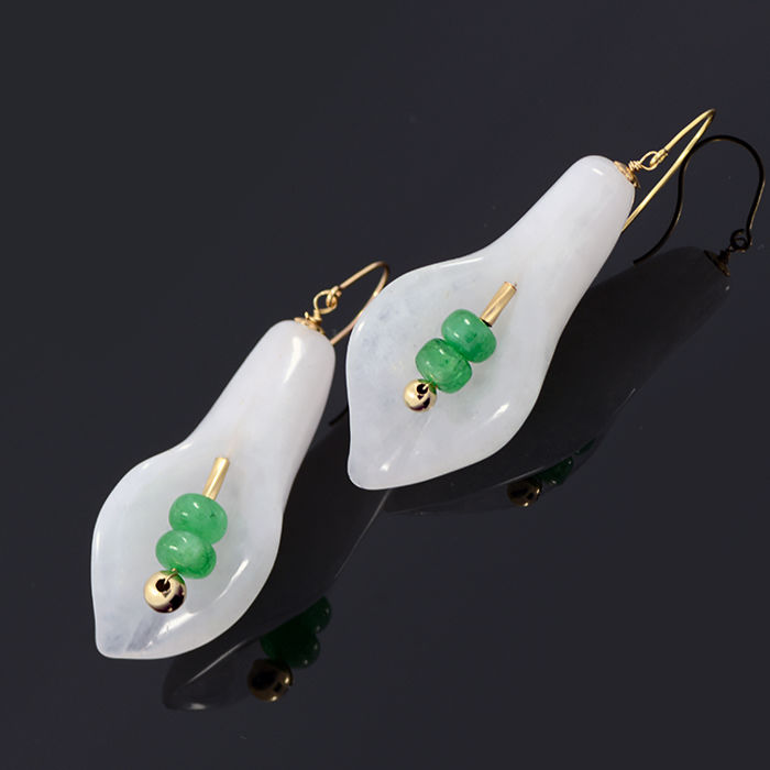 18k/750 yellow gold earrings with lily-shaped white jade and emeralds - Total earrings length: 43 mm.