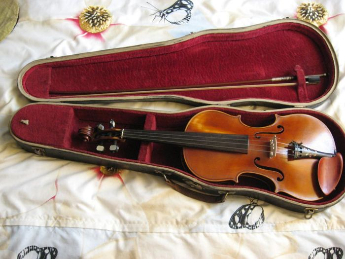 19th century violin 4/4 - French, beautiful and direct to play! Note: SACQUIN, Luthier Rue Beauregard, 14 a Paris 1838. Also the bow of JOHANNES ADLER