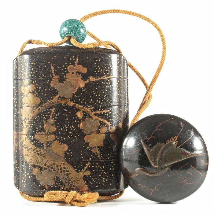Gold Lacquered inro decorated with Plum tree, a flying crane netsuke and a glass ojime - Japan - Late 19th/early 20th century (Meiji period)