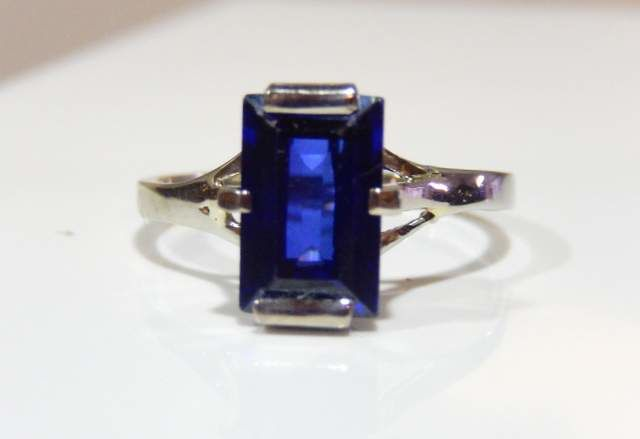 Ring with synthetic blue sapphire made from 18 kt white gold, no reserve price
