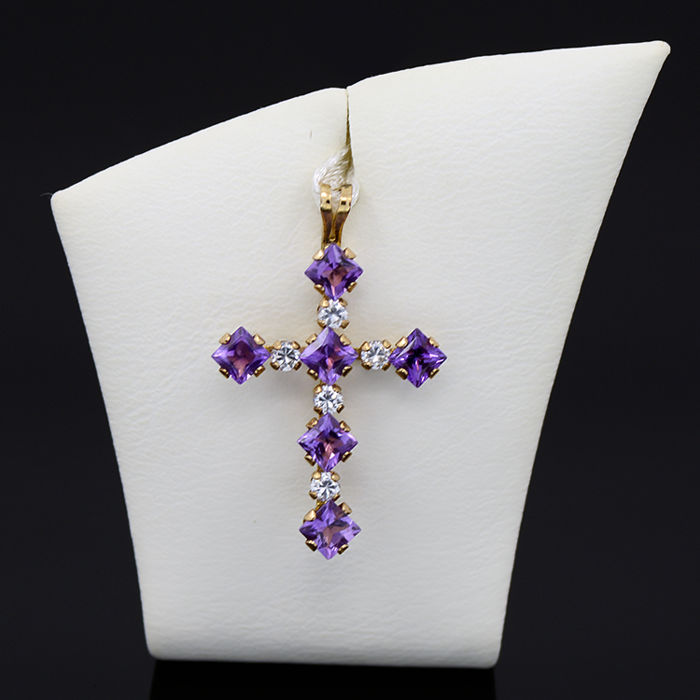 18kt/750 yellow gold pendant with amethysts and zirconias – Length 37 mm.