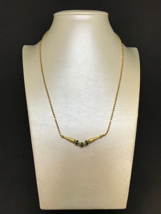 18 kt yellow gold necklace with a central decoration in green gemstones - Weight: 10.8 g, length: 41 cm