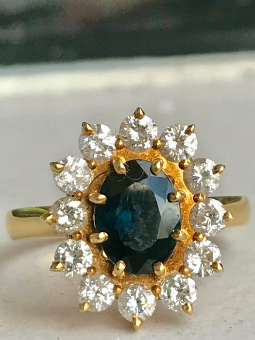 Pretty marguerite ring made from 18 kt yellow gold with a blue sapphire and diamonds totalling 1.82 ct Top Wesselton - size 54.5 / 17.4 mm