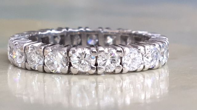 18 kt white-gold ladies' full eternity ring with brilliant-cut diamonds of approx. 1.80 ct in total, G/VS