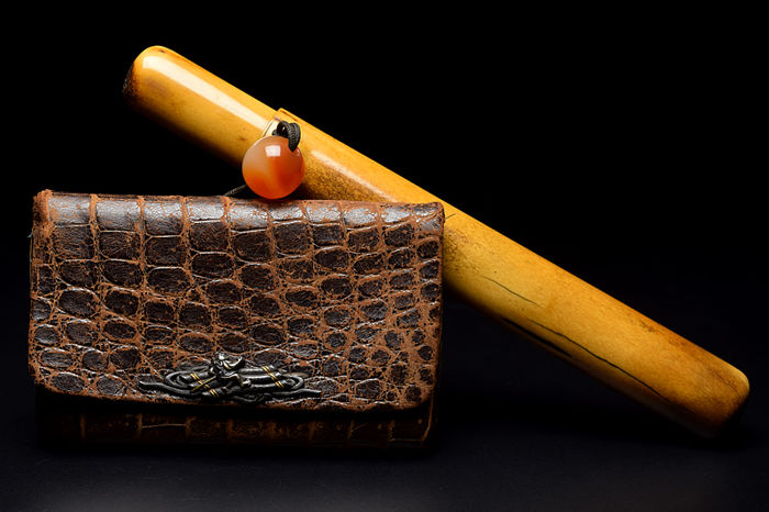 A deer horn kiseru (tobacco pipe) case and gold-copper alloy leather pouch - Japan - Late 19th century