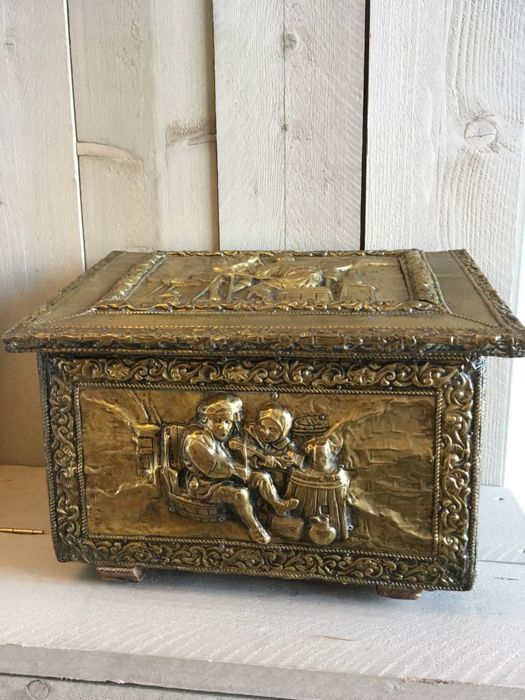 Beautiful decorated brass-lamella peat box, hammered copper